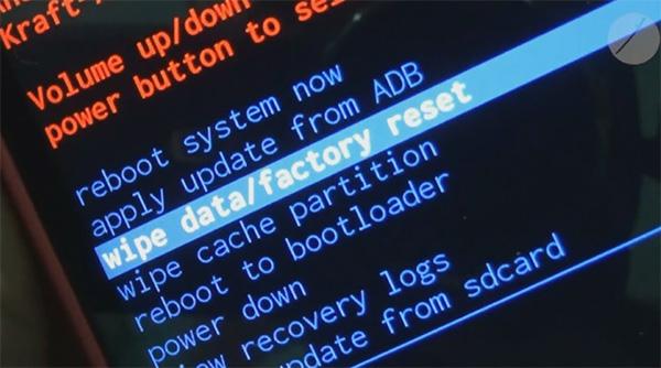 Nhấn chọn mục Wipe data/Factory Reset để khôi phục cài đặt gốc